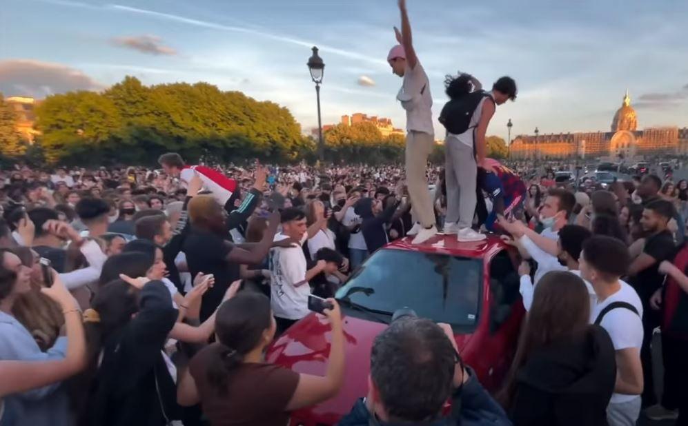 Des centaines de jeunes se sont rassemblés samedi soir sur l'esplanade des Invalides à Paris. La police a évacué les lieux dans la soirée.