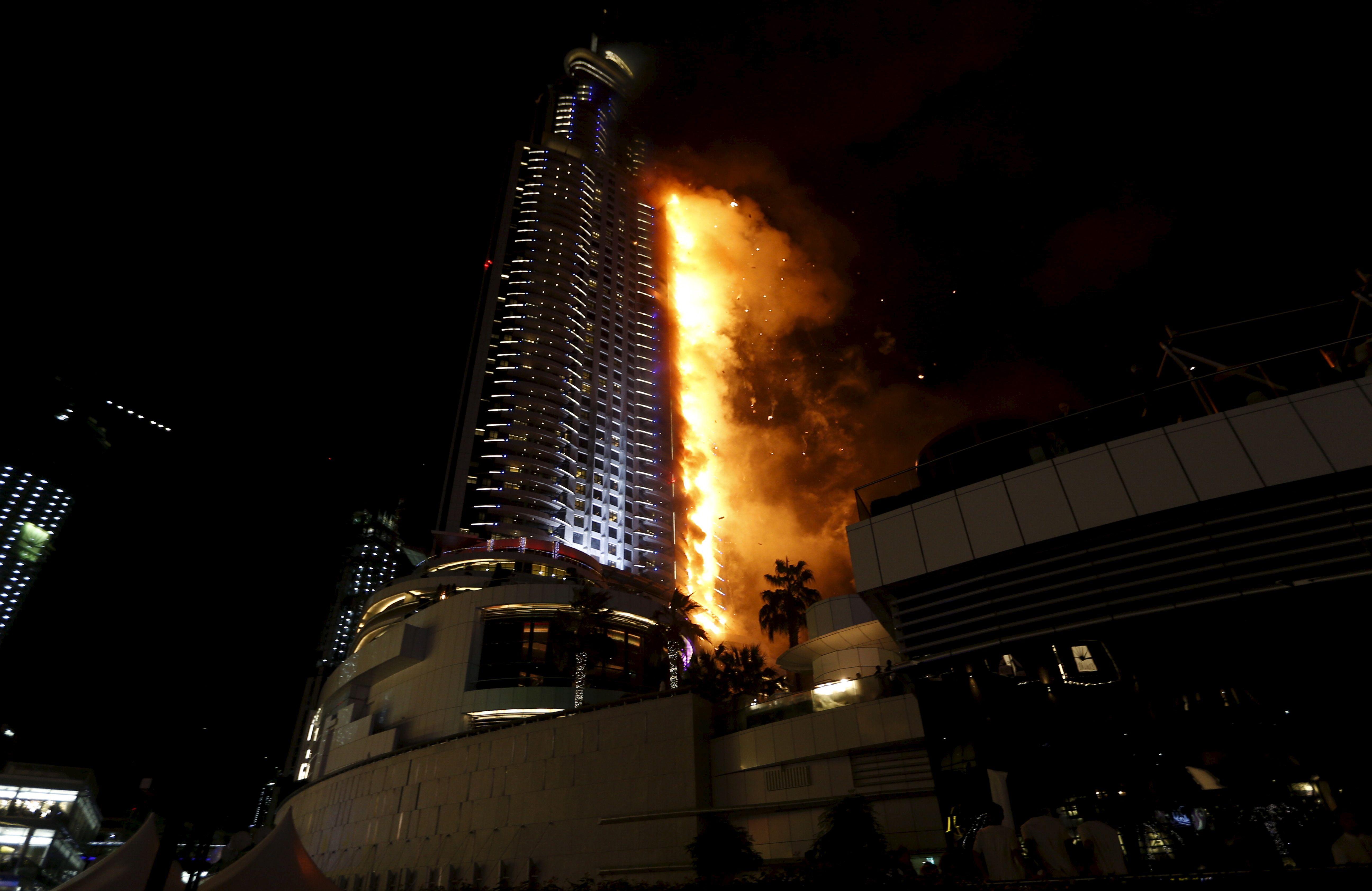 Dubaï : un photographe se suspend dans le vide au 48e étage d'un gratte-ciel pour échapper à l'incendie géant