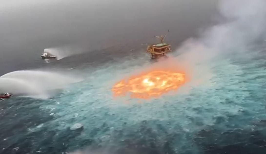 Un impressionnant incendie s'est déclenché ce vendredi soir dans les eaux du Golfe du Mexique.