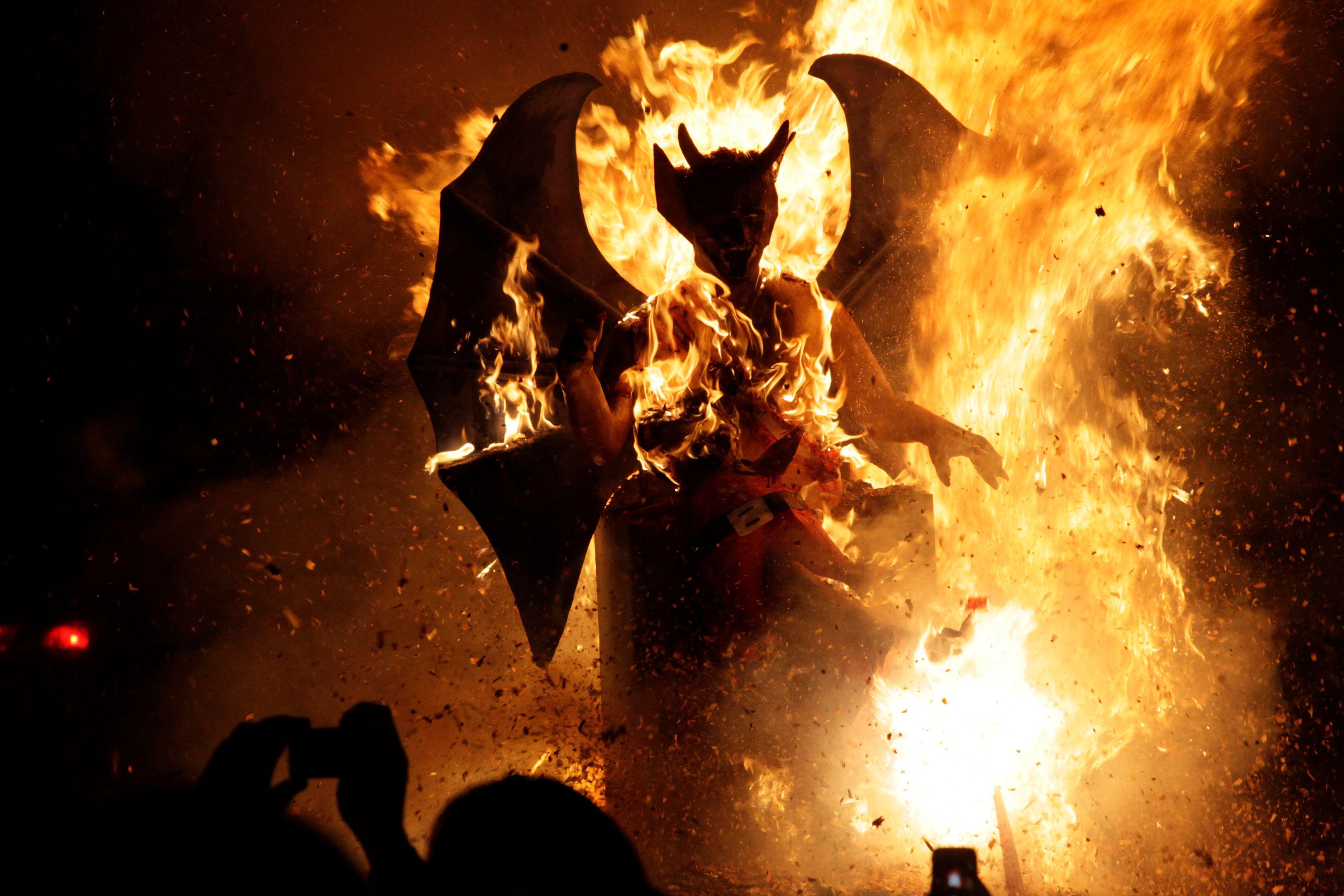 """Simple flammèche ou véritable étincelle : la """"quenelle"""" annonce-t-elle un incendie de rejet de l'autre qu'on n'aurait pas vu venir ?"""