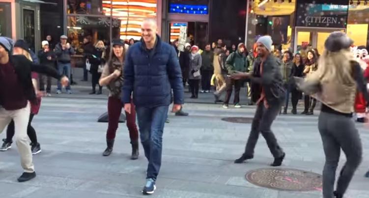 New York : il demande sa petite amie en mariage en organisant un flashmob à Times Square