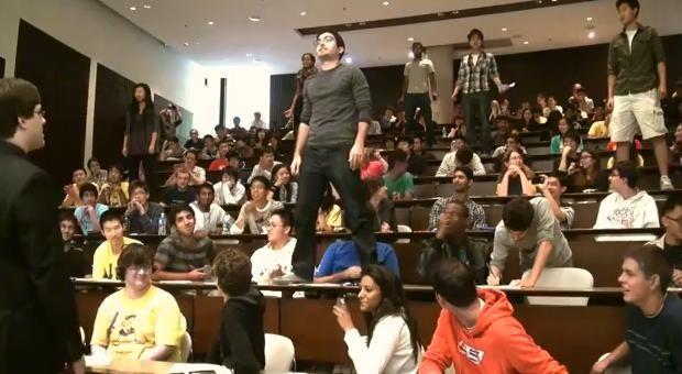Huit élèves d'une université canadienne ont perturbé un partiel en chantant un morceau de comédie musicale.