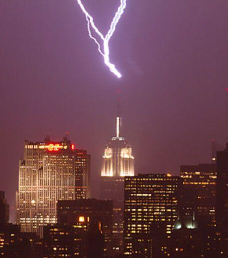 Le célèbre gratte-ciel américain est frappé par la foudre environ 23 fois par an.