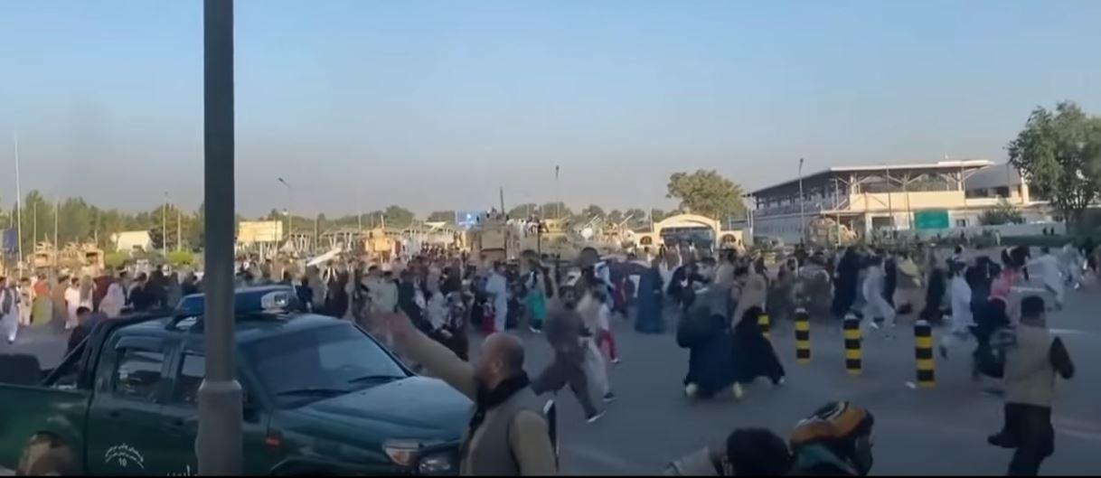 L'aéroport de Kaboul a été envahi par une foule d'Afghans qui tentent de fuir le pays.