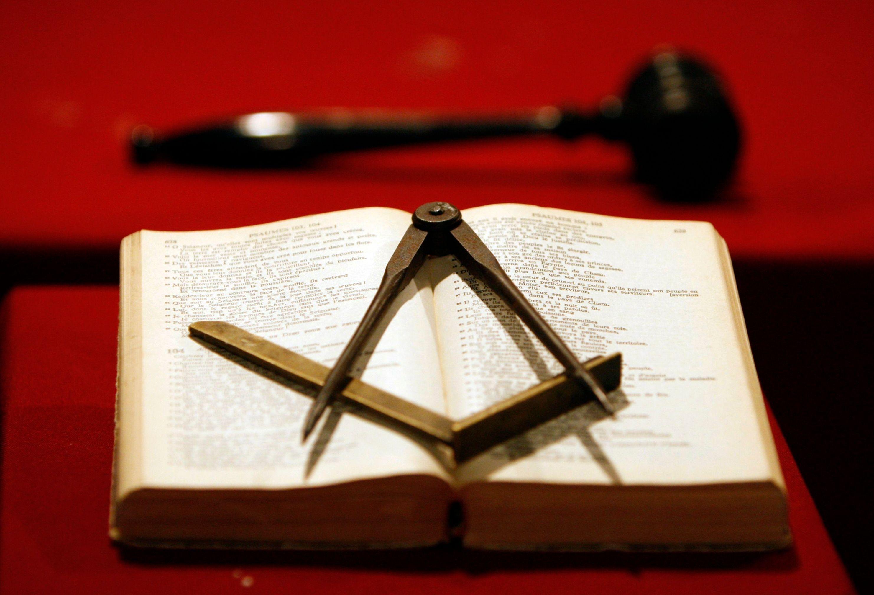Le petit dictionnaire des (vrais et faux) frères : ADAM, NOÉ, SALOMON, JÉSUS-CHRIST ou CHARLES MARTEL ... Les ancêtres des Francs-Maçons