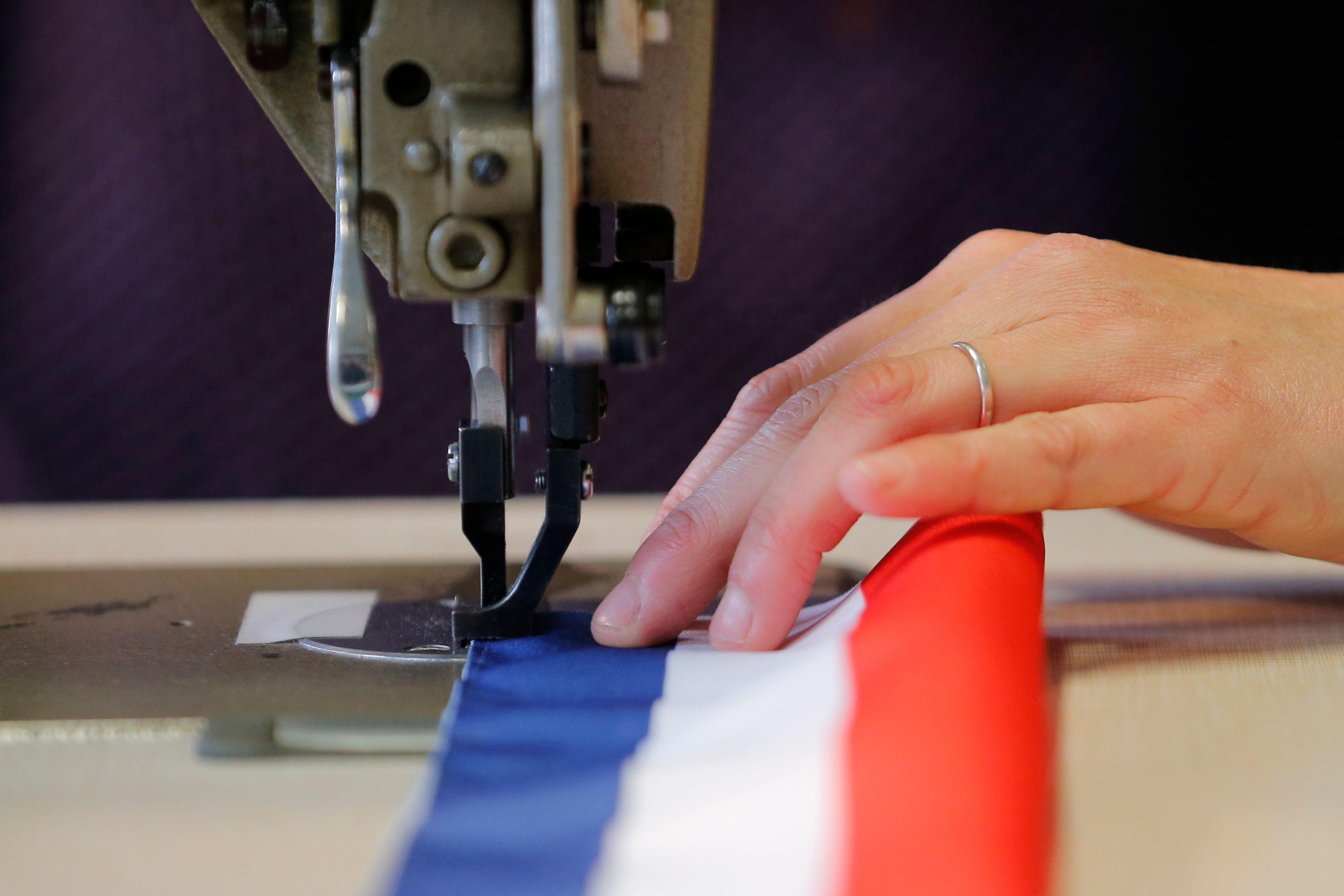 61% des Français pensent que leur maire ne peut pas vraiment améliorer leur pouvoir d'achat. Photo d'illustration / une écharpe de maire en fabrication.