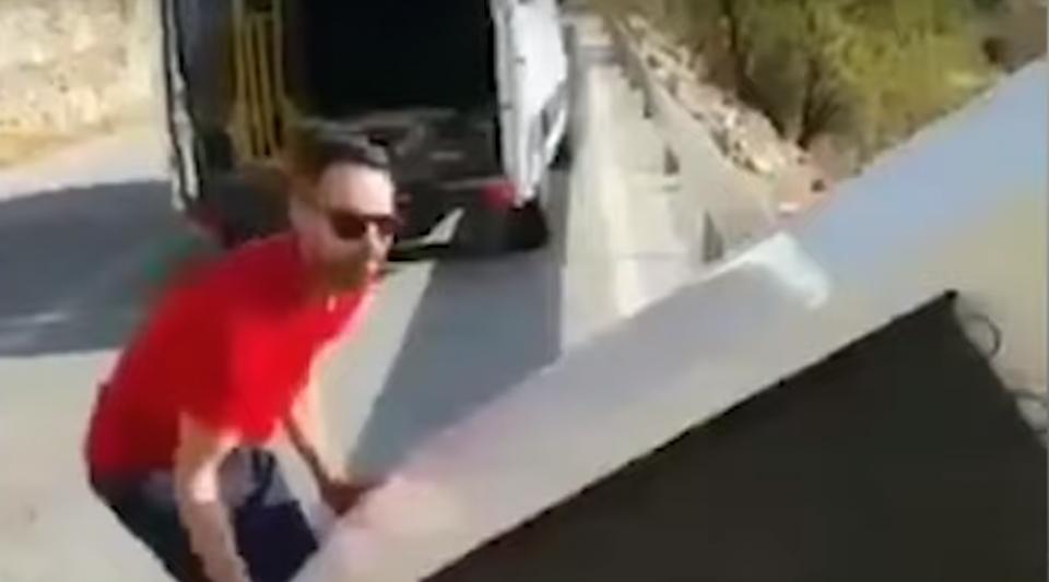 Il jette un frigo dans la nature, la police l'oblige à le recycler