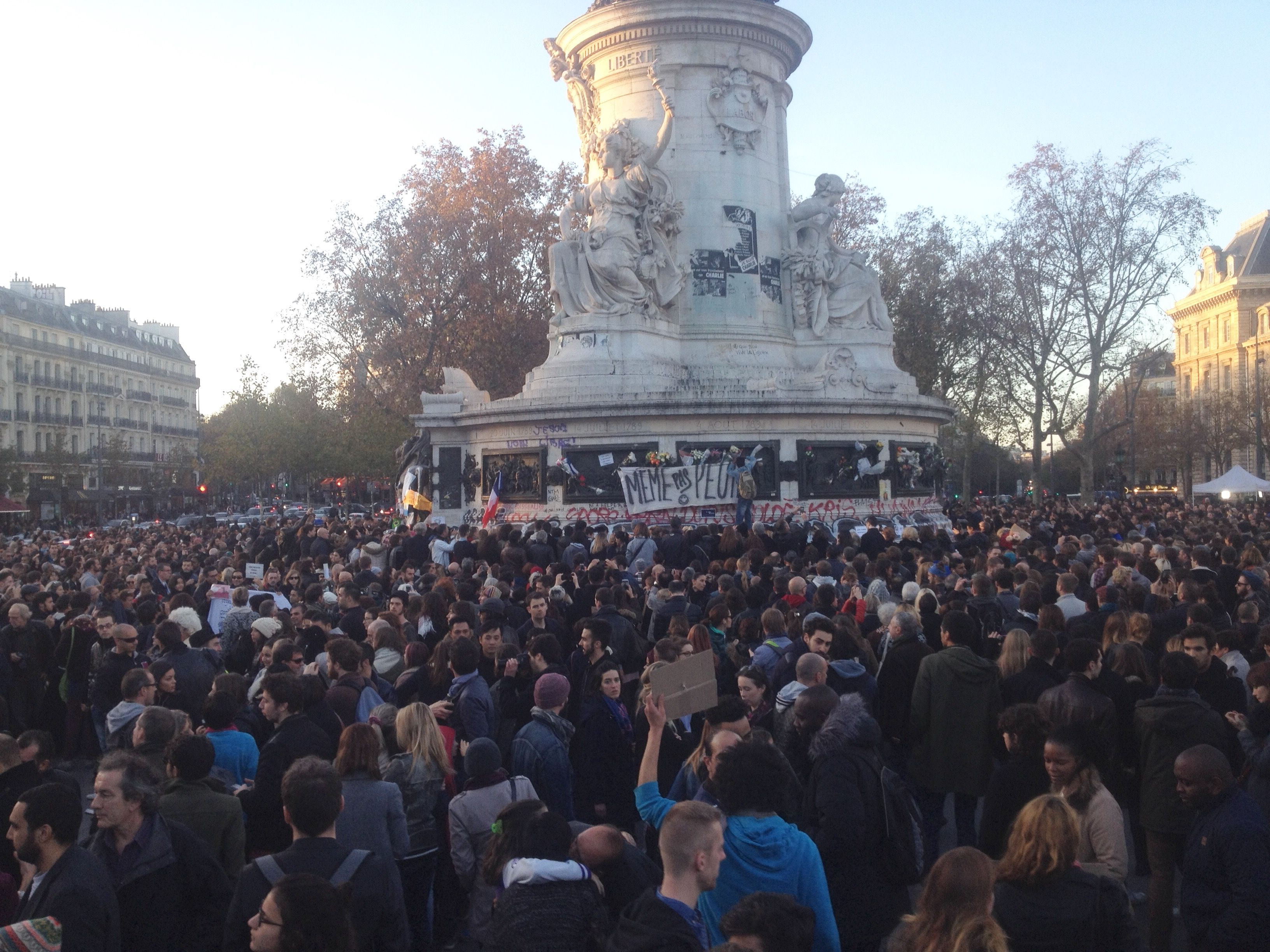 Choses vues Place de la République et à Notre-Dame : ils sont comme ça, les Français