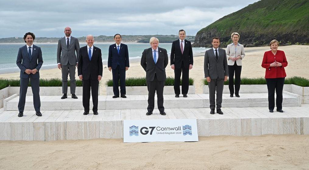 Justin Trudeau, Charles Michel, Joe Biden, Yoshihide Suga, Boris Johnson, Mario Draghi, Emmanuel Macron, Ursula von der Leyen et Angela Merkel posent pour la photo de famille au début du sommet du G7 à Carbis Bay, le 11 juin 2021.