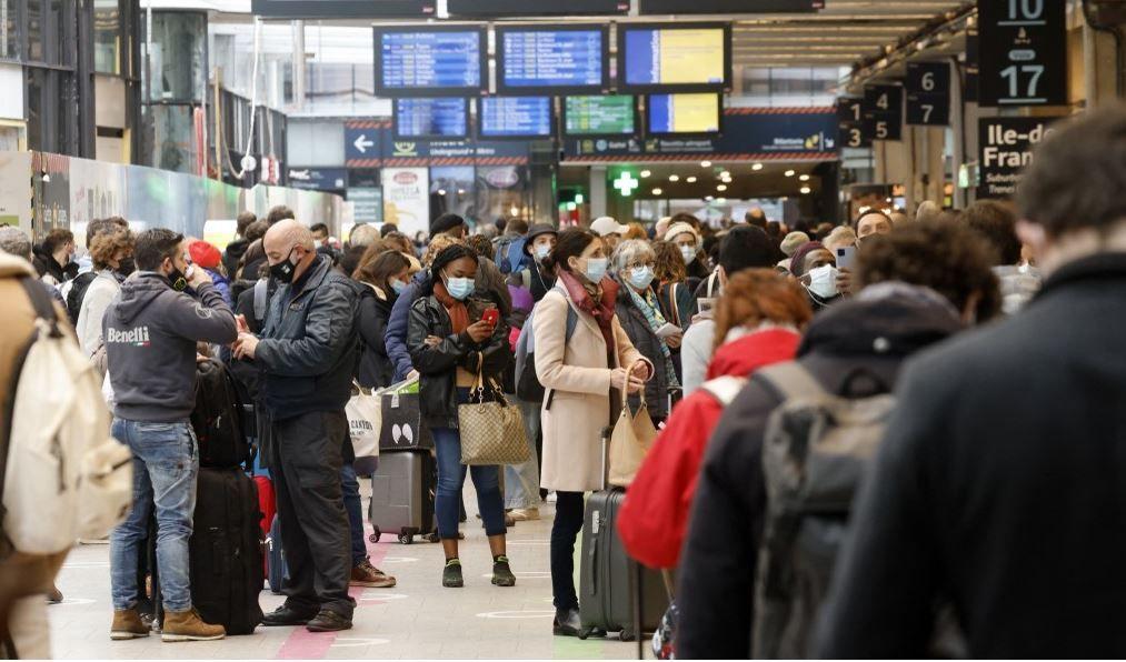 Des voyageurs attendent de monter à bord de leur train au départ de la gare Montparnasse à Paris le 19 mars 2021.
