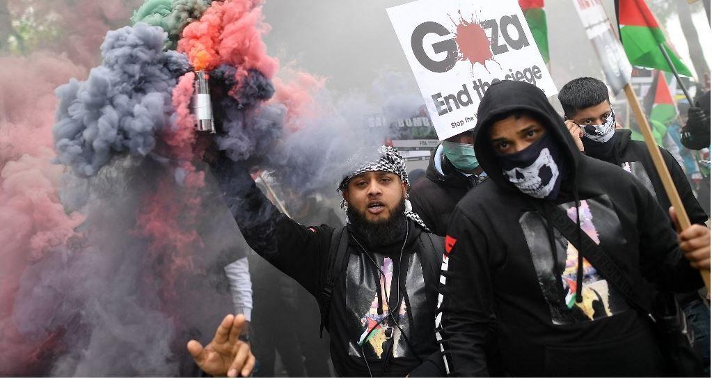 Des manifestants pro-palestiniens brandissent des pancartes alors qu'ils se rassemblent pour défiler dans le centre de Londres le 22 mai 2021.