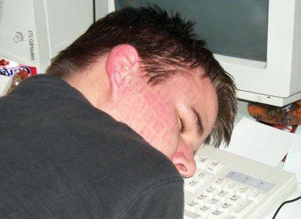 Geek endormi sur son clavier
