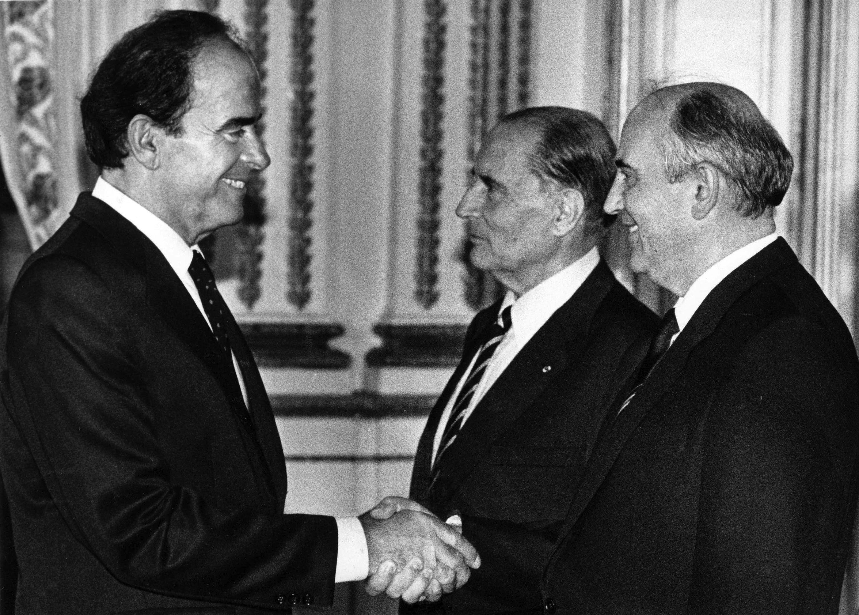 Georges Marchais, à gauche sur la photo.