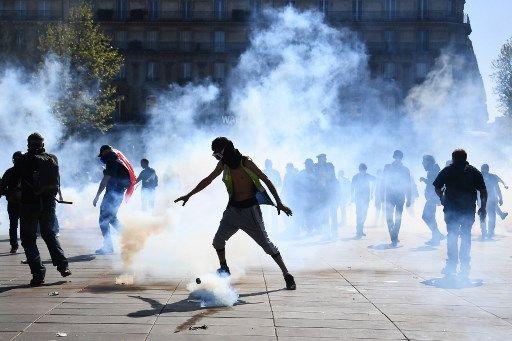 """Gilets jaunes : une enquête ouverte après l'indignation suscitée par les """"suicidez-vous"""" lancés aux policiers"""