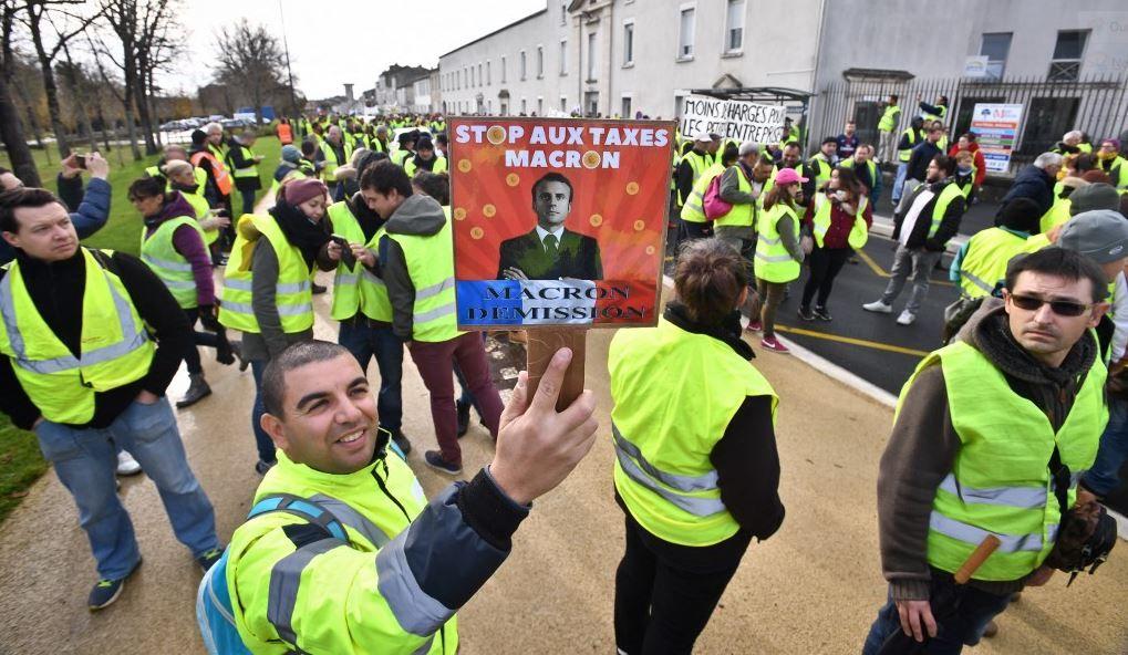 Des Gilets jaunes participent à un rassemblement de protestation contre les prix élevés du carburant à Rochefort, dans le sud-ouest de la France, le 24 novembre 2018.