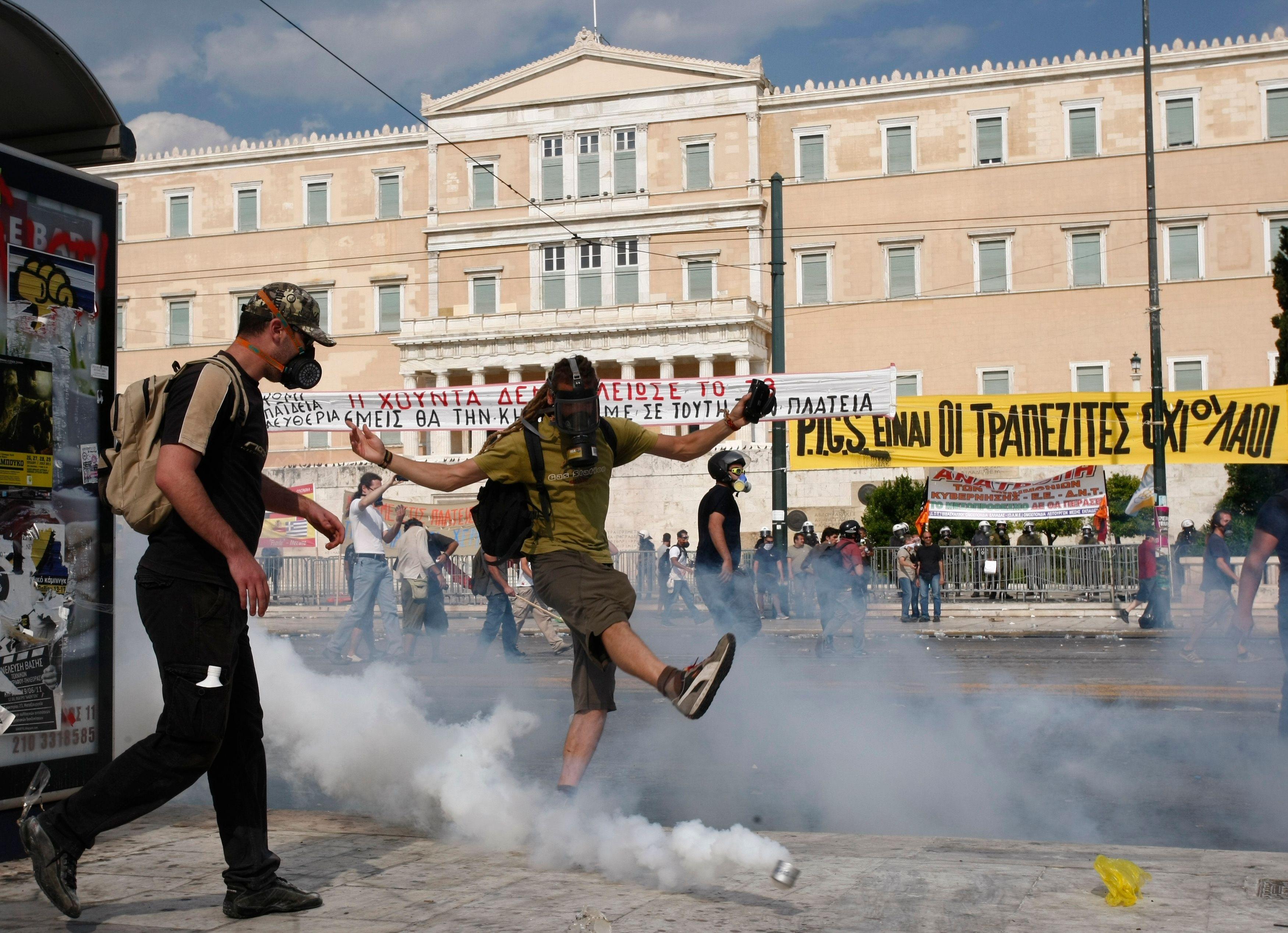 """A Athênes, """"l'ambiance est globalement assez calme, mais il y a eu quelques violences autour du Parlement, probablement le fait de groupes anarchistes ou d'extrême-droite tentant de profiter de la situation""""."""