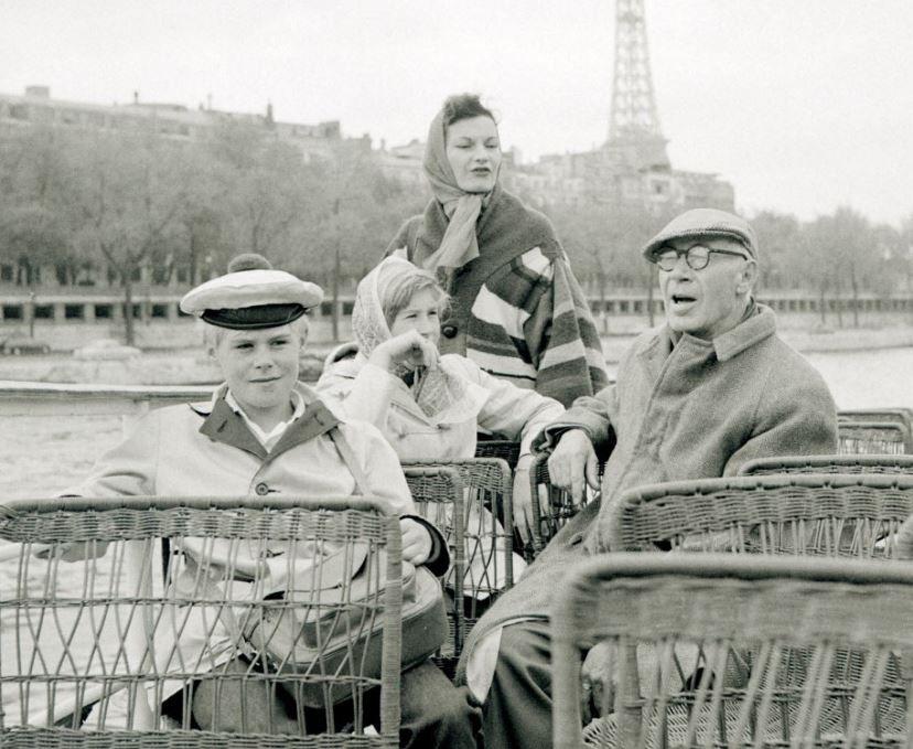 L'écrivain américain Henry Miller en vacances à Paris le 4 mai 1959, avec sa femme et ses enfants Catherine et Tony.