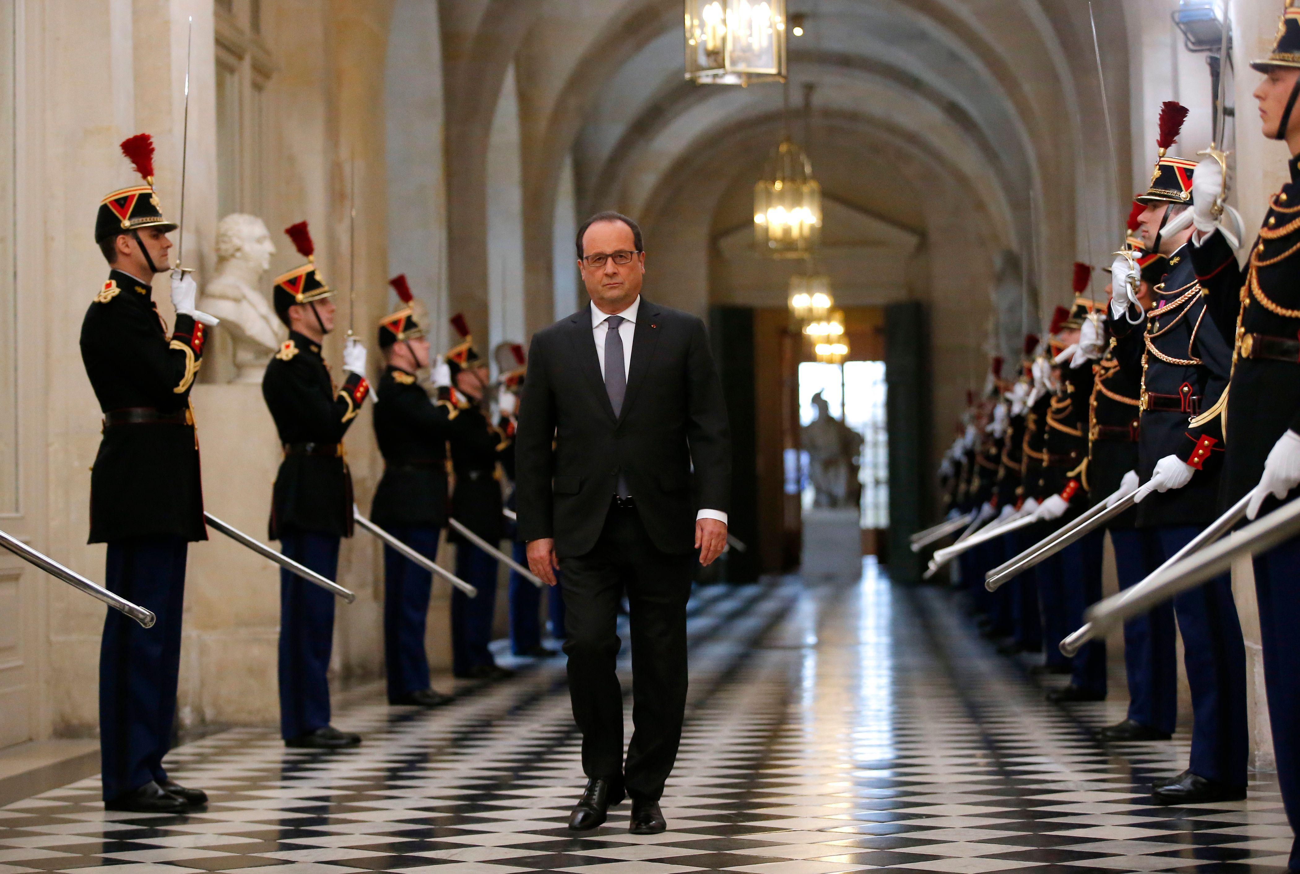 François Hollande a prononcé un discours très guerrier au congrès, ce lundi 16 novembre 2015, qui n'est pas sans rappeler les suites du 11 septembre 2001.