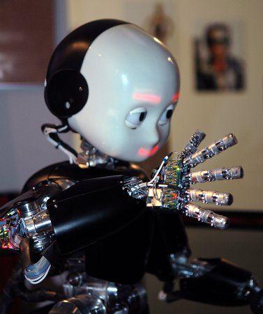 iCub, robot imitant les enfants, pourrait porter la torche olympique vers Londres en 2012.