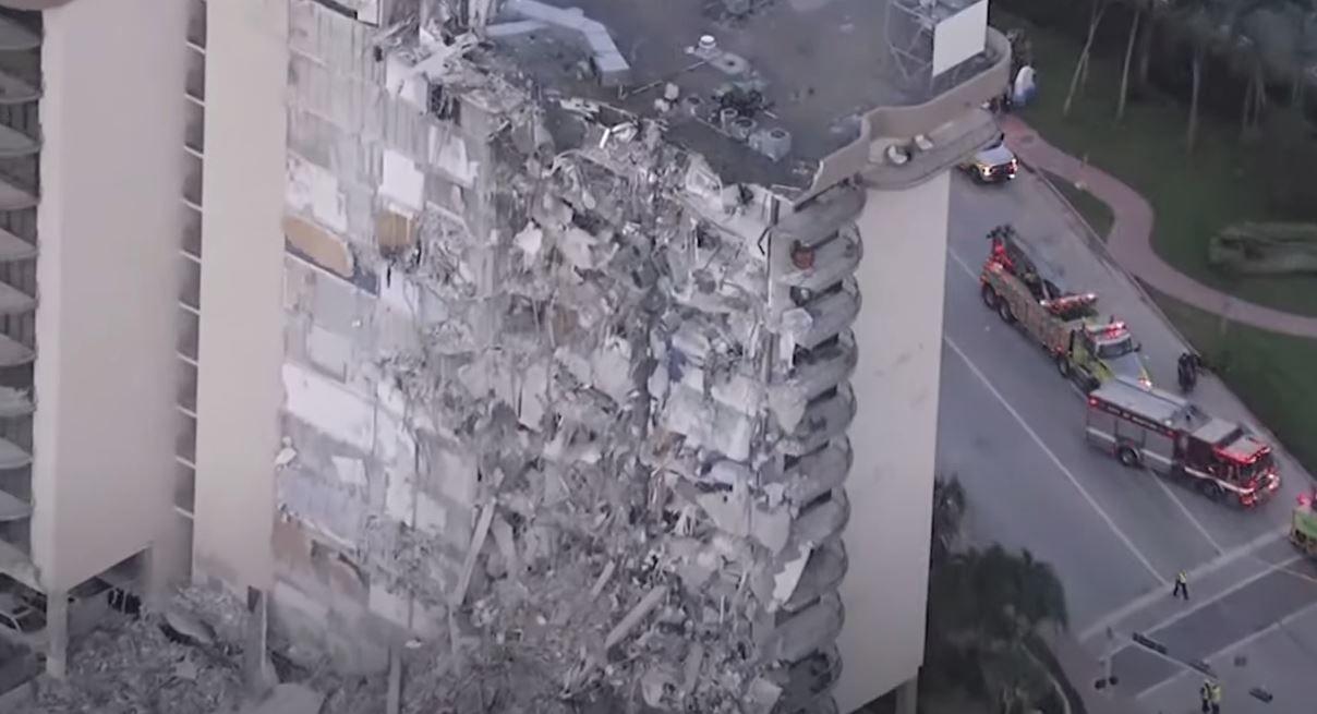 Une vue de l'immeuble de 12 étages qui s'est effondré à Surfside en Floride. Les autorités sont sans nouvelles de 99 personnes.