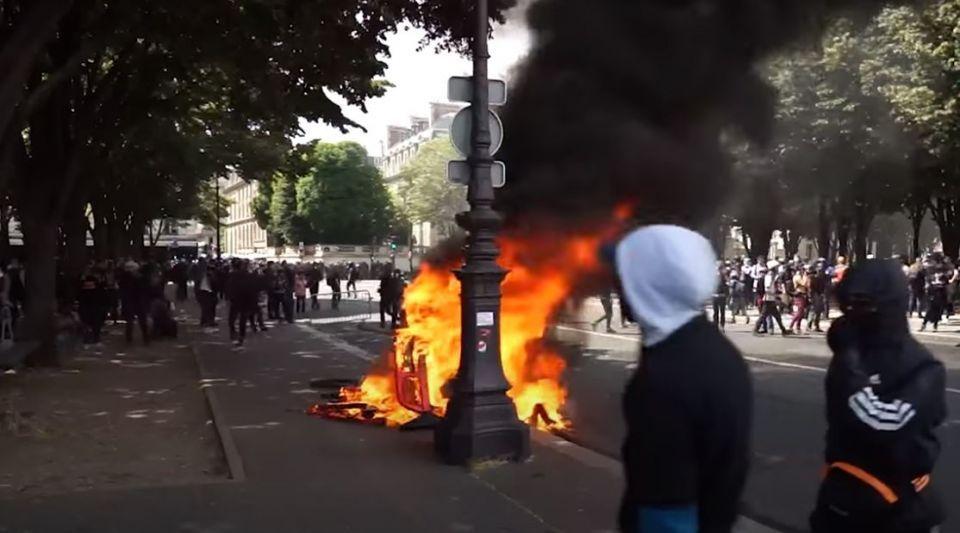 Les images des incidents en marge de la manifestation des soignants à Paris