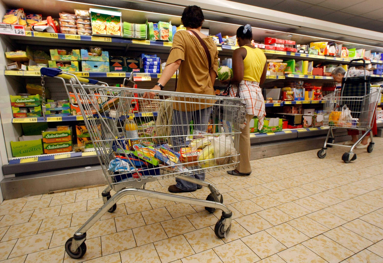 Gaspillage alimentaire : les députés interdisent aux grandes surfaces de jeter de la nourriture