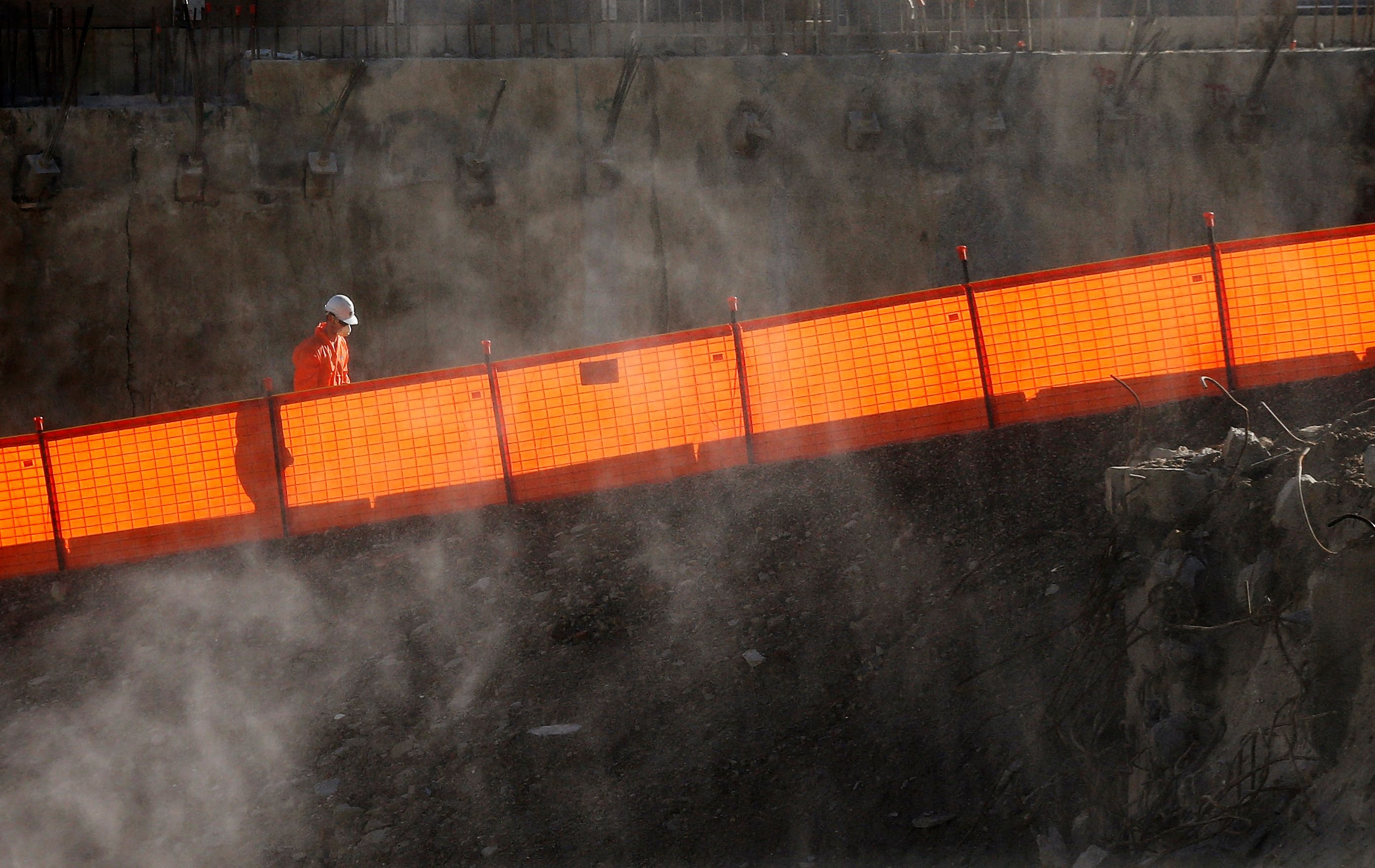 La désindustrialisation est responsable d'une forte destruction d'emplois (entre 400 000 et 700 000 en dix ans) et de savoir-faire technique.