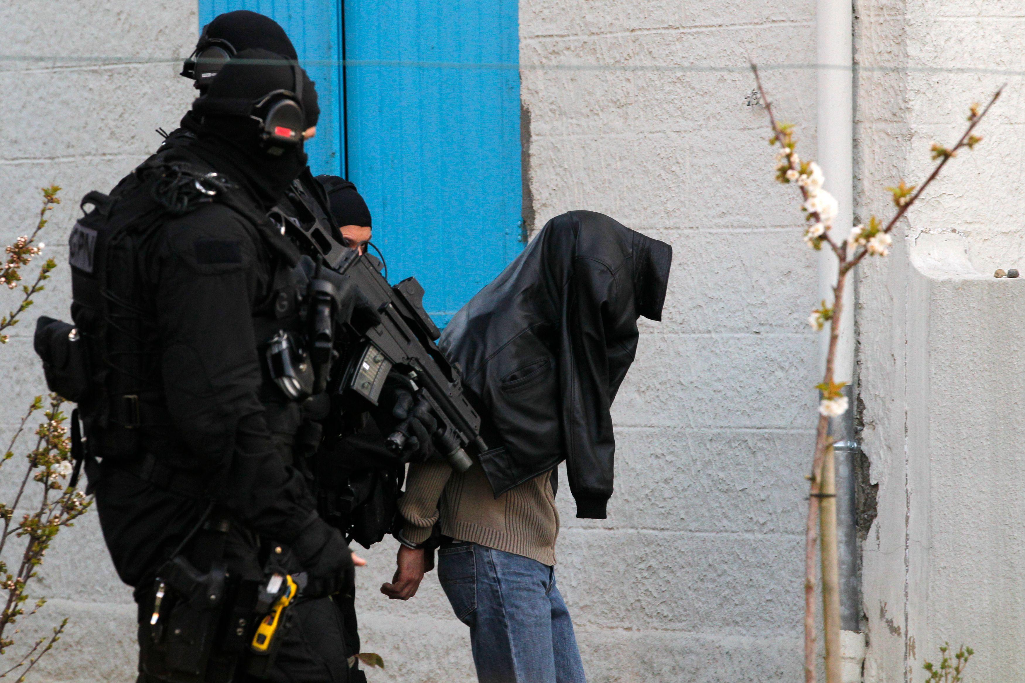 """Une vaste opération coup de poing a été menée ce matin à Toulouse, Lyon, Nantes et Le Mans a conduit à l'interpellation d'une vingtaine de personnes soupçonnées de graviter dans la mouvance du groupement pro-djihadiste """"Forsane Alizza""""."""