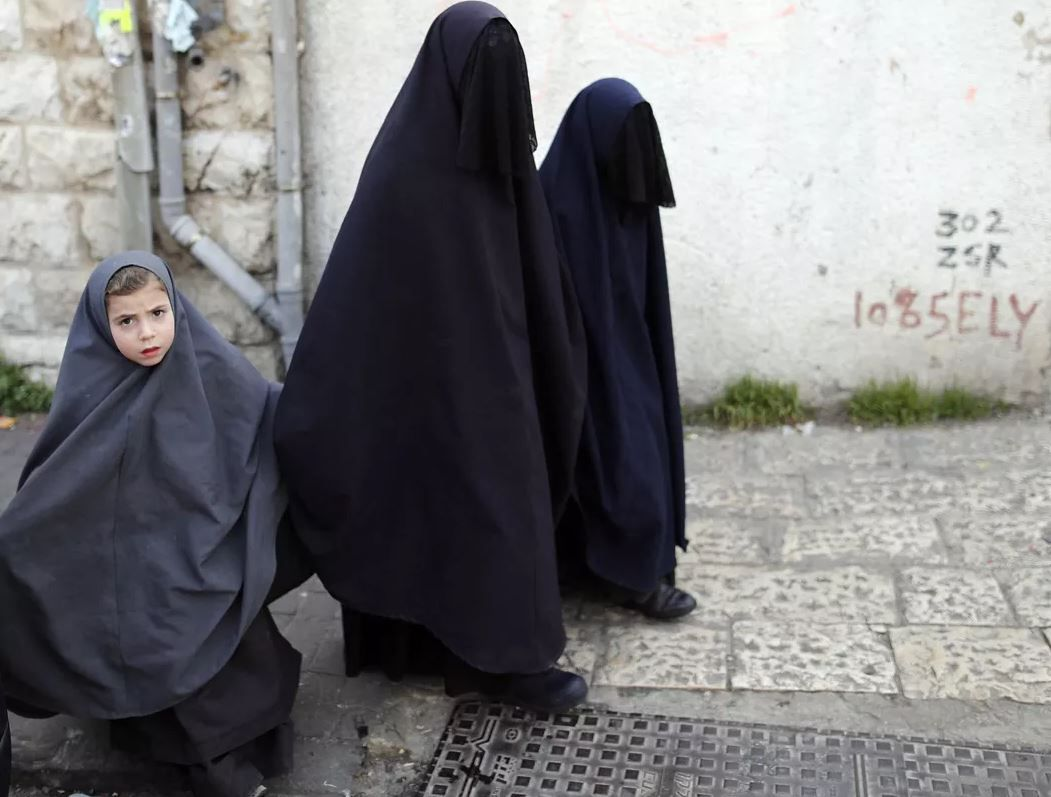 Une famille juive dans les rues du quartier ultraorthodoxe de Méa Shéarim, à Jérusalem. AHMAD GHARABLI/AFP