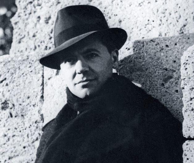 Photo prise en octobre 1940 du résistant français Jean Moulin, mort lors de son transfert en Allemagne en 1943. La photo, prise par Marcel Bernard, est probablement l'une des photos les plus célèbres de l'histoire contemporaine.