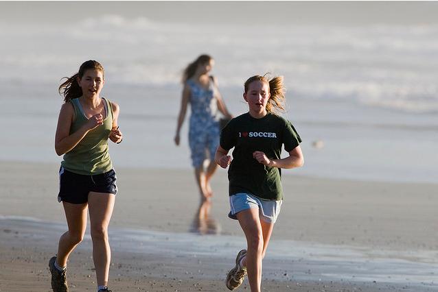 La course en extérieur est plus naturelle et moins dangereuse que sur un tapis de course.