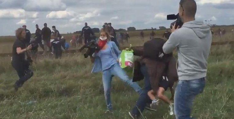 """La journaliste hongroise qui a frappé des migrants dit avoir """"paniqué""""."""