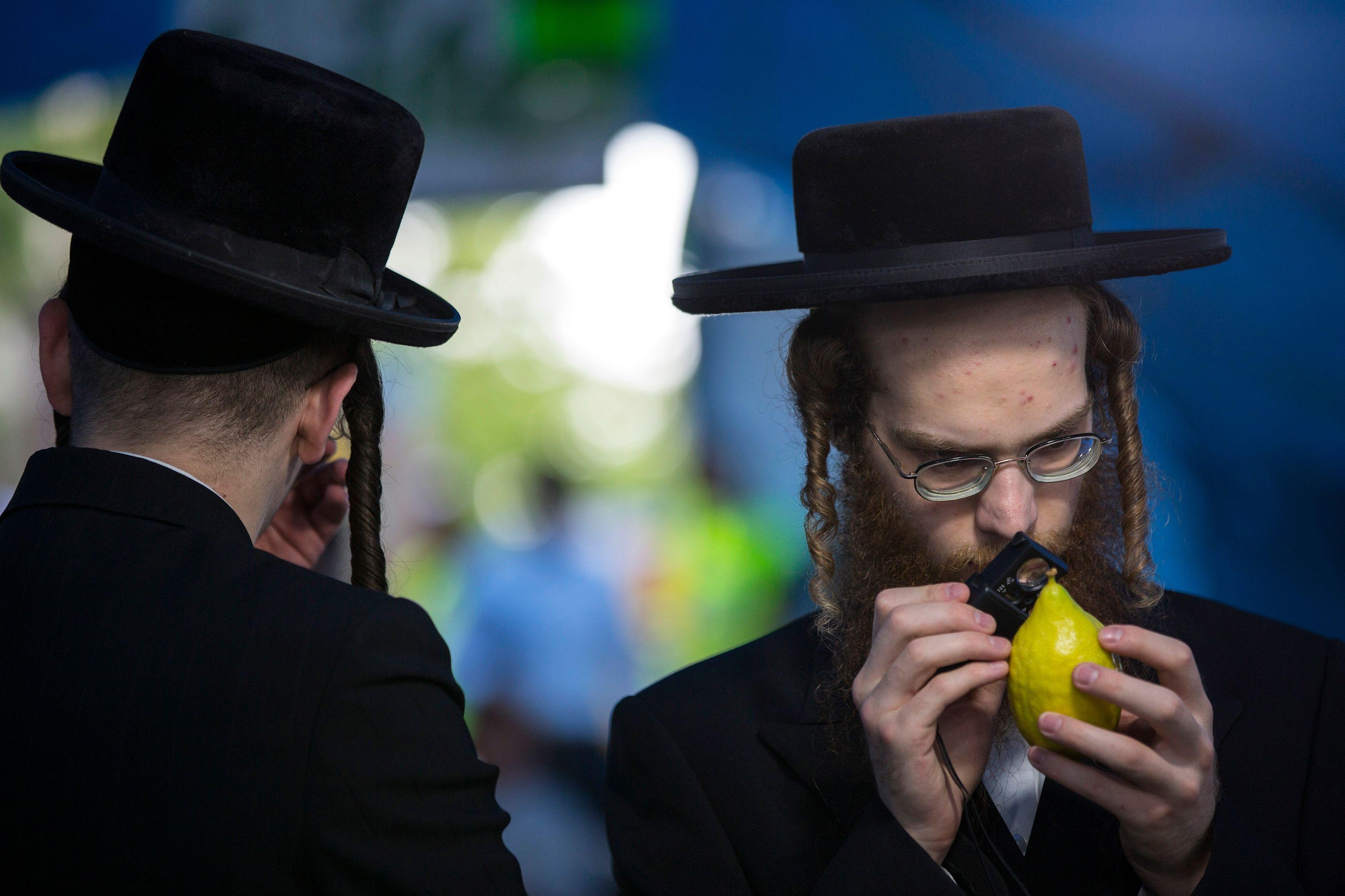 Pourquoi les Juifs se tiennent-ils toujours les coudes ?