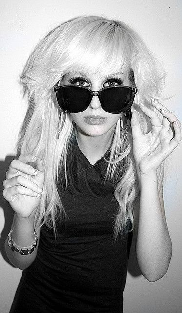 Sur MySpace, elle y affiche des photos d'elle hyper maquillée, sous le nom de Kiki Kannibal.