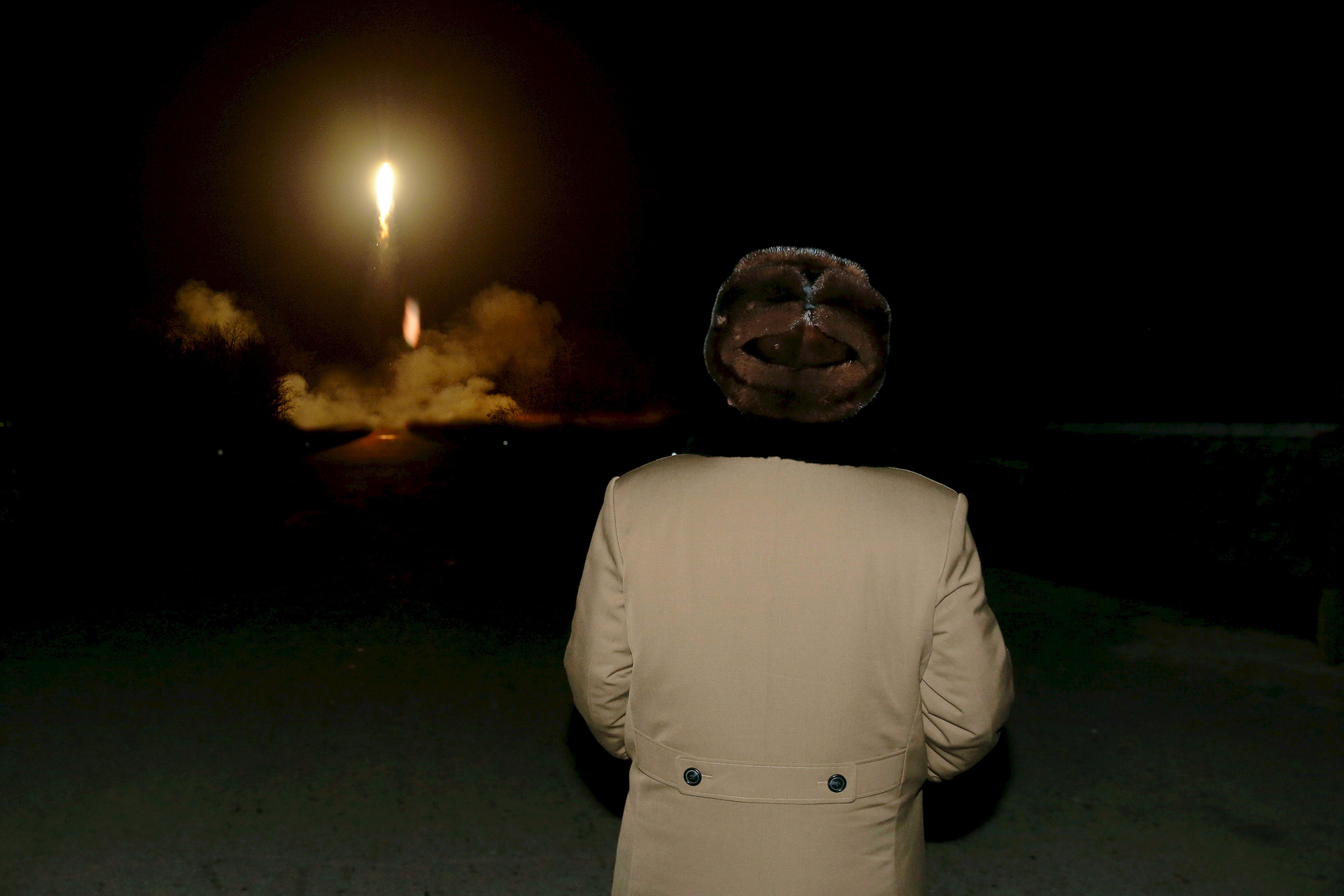 Le leader nord-coréen Kim Jong Un devant un tir de missile balistique à Pyongyang le 11 mars 2016