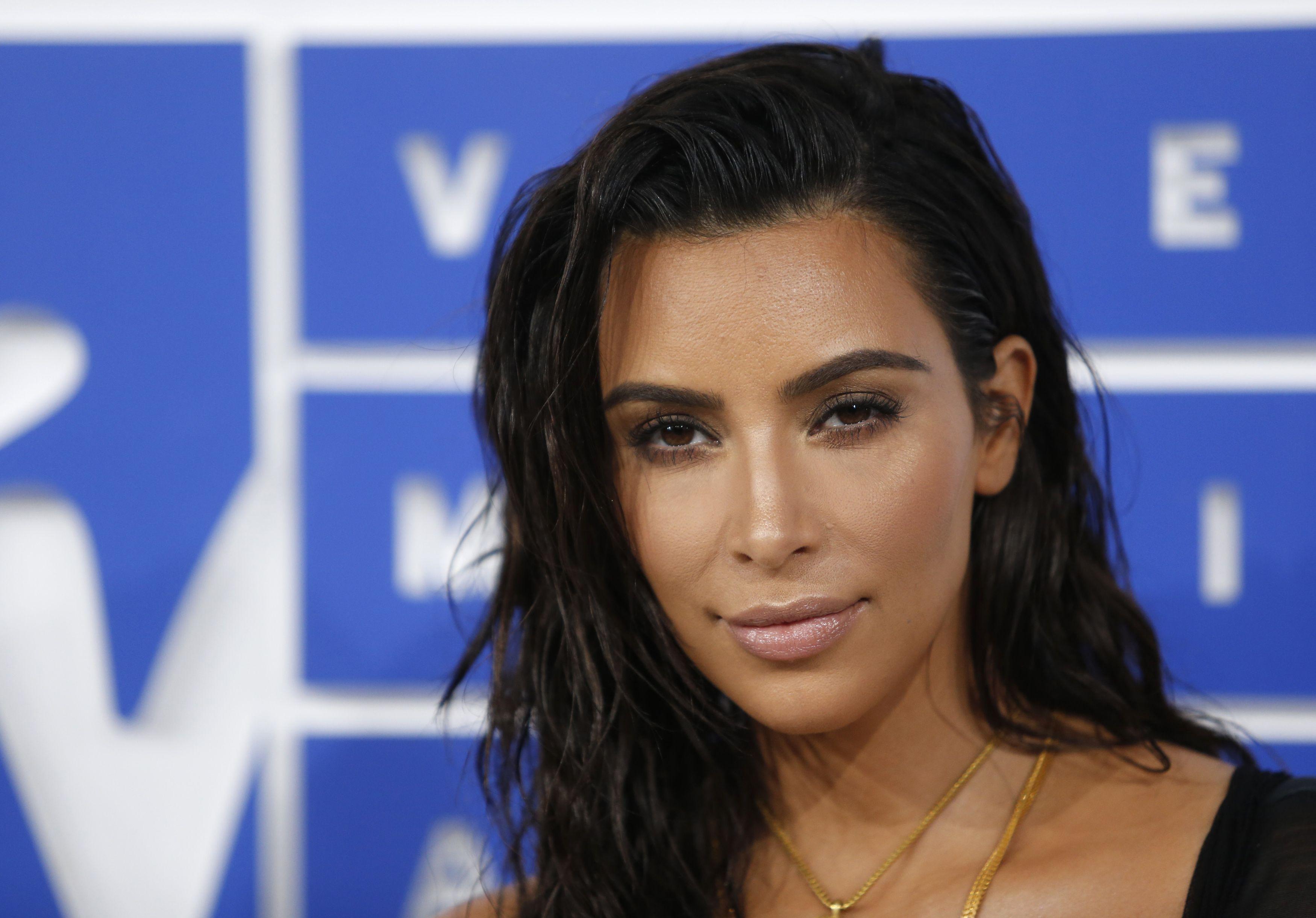"""Kim Kardashian fait son retour et témoigne : à Paris, """"ils allaient me tirer dans le dos"""""""