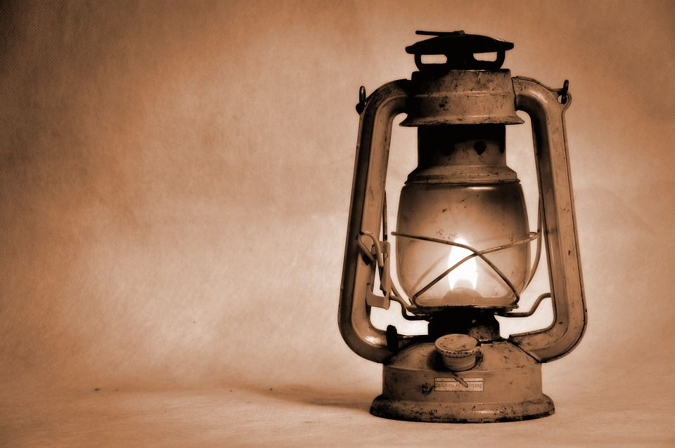 Une lampe à pétrole.