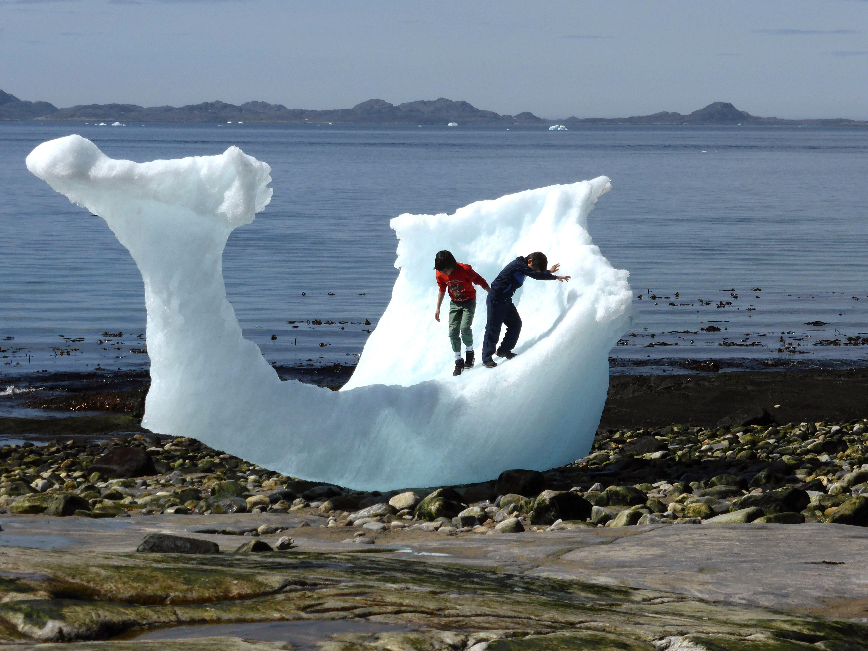 Des enfants jouent au milieu des icebergs sur la plage à Nuuk, au Groenland.