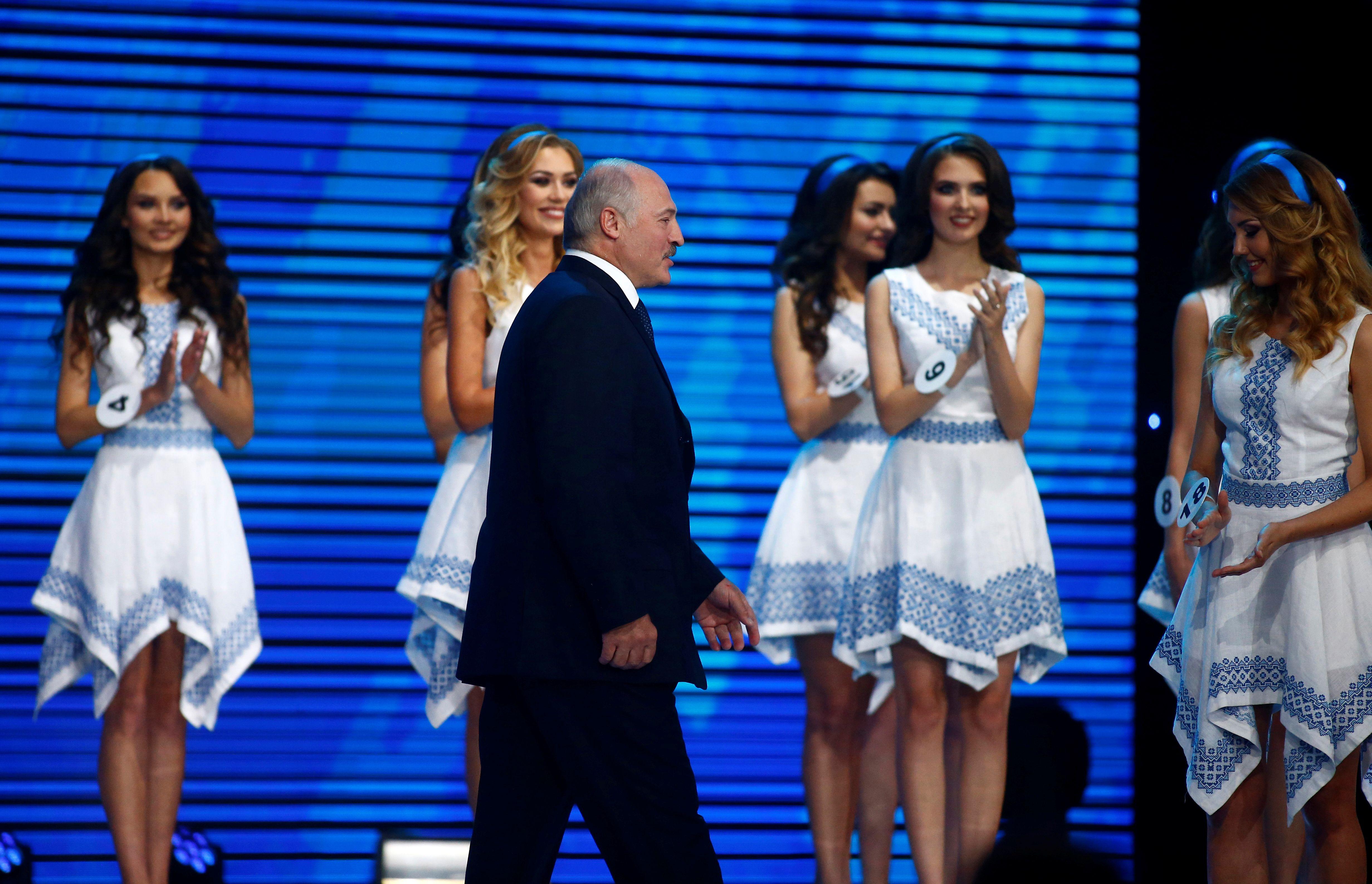 Le président biélorusse Alexandre Loukachenko lors du concours de beauté Miss Belarus 2016 à Minsk, Biélorussie le 19 Juin 2016.