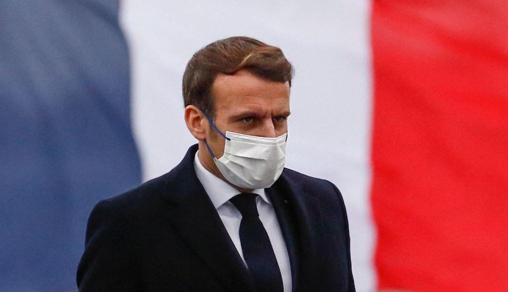 Le président Emmanuel Macron arrive sur la frégate française La Bretagne avant de livrer ses vœux de nouvel an aux forces militaires à Brest, le 19 janvier 2021.