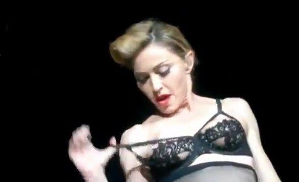 Le pire instant a sans doute été celui ou Madonna s'est époumonée « Pologne, je t'aime !» devant son public anglais accablé.