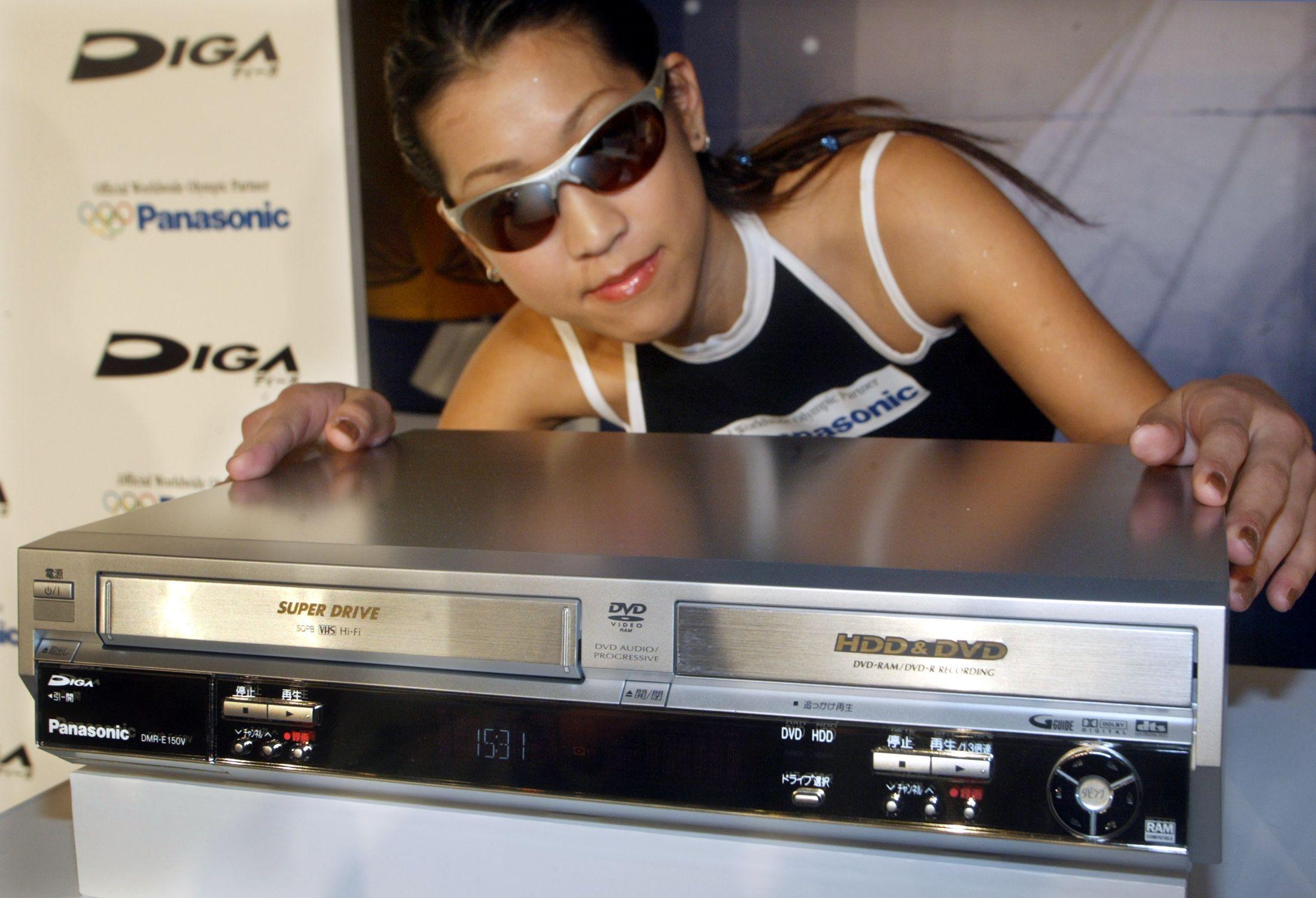 Matsushita, le fabricant des produits de la marque Panasonic, dévoile le premier graveur de DVD au monde avec enregistreur VHS, à Tokyo le 9 Mars 2004.