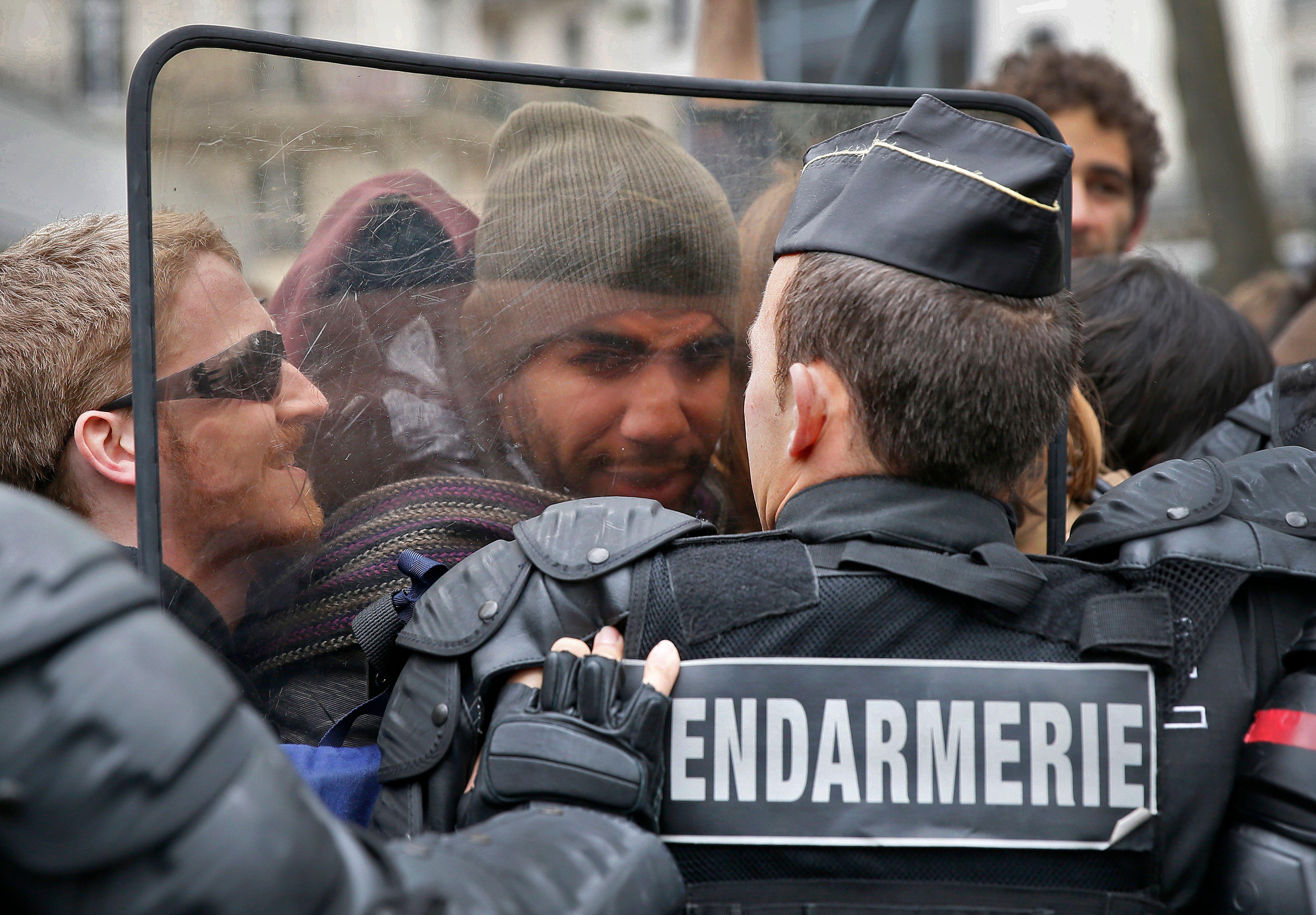 """""""Finalement, on ne fait que de la représentation..."""" : le désarroi d'une police française qui se sent de plus en plus inutile"""