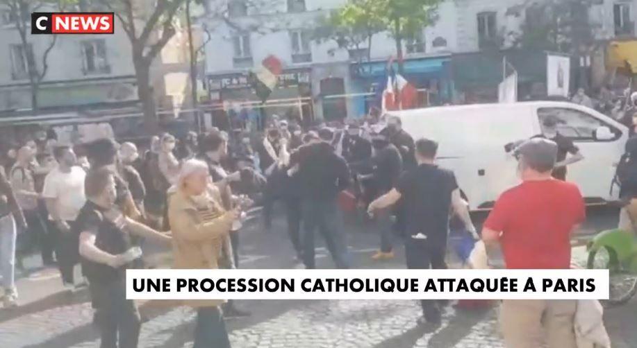 Une procession en mémoire des victimes catholiques de la Commune de Paris a été attaquée par des membres de l'ultra gauche ce week-end.