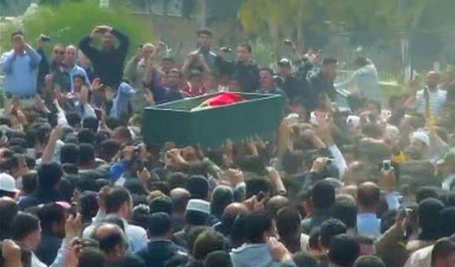 Des manifestants chantant des slogans anti-régime lors de l'enterrement d'un manifestant tué à Dara, le 20 mars 2011.