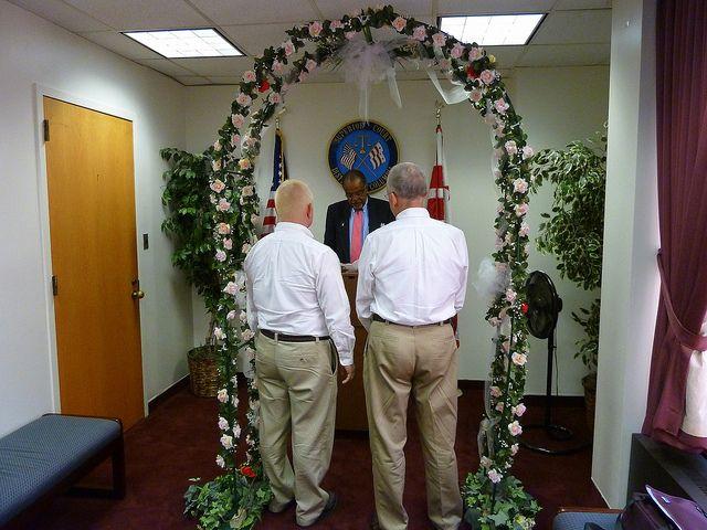 En France, les premiers mariages gays pourraient avoir lieu dès 2013.