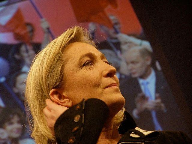 Marine Le Pen opère une percée historique dans les sondages à 23% d'intention de vote d'un éventuel 1er tour.