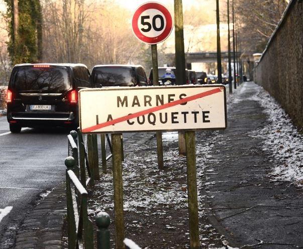 """Des proches du chanteur Johnny Hallyday quittent la ville de Marnes-la-Coquette avant une cérémonie lors d'un """"hommage populaire"""" au chanteur le 9 décembre 2017."""