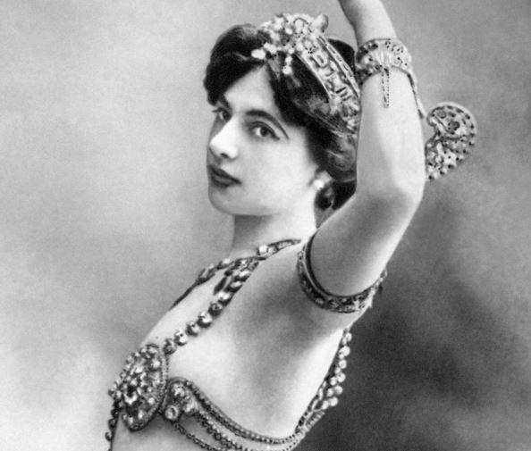 Photo non datée de la danseuse et espionne néerlandaise Margaretha Geertruida Zelle, mieux connue sous le nom de Mata Hari. Danseuse et courtisane exotique à Paris, elle devient espionne pendant la Première Guerre mondiale.