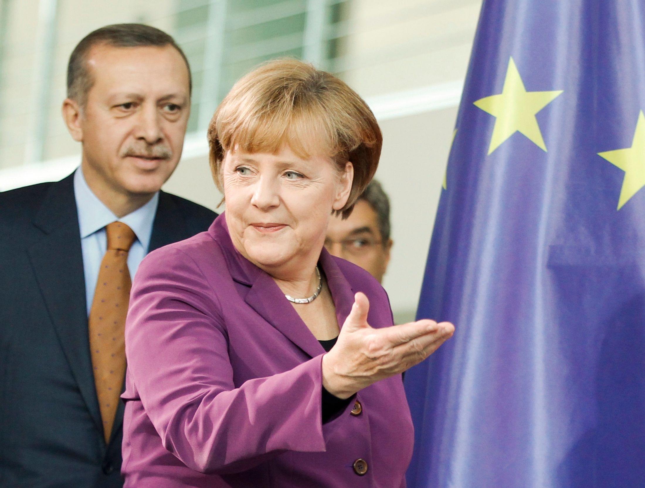 L'euro pouvait faire concurrence au dollar, il fallait donc que la banque centrale européenne fût à l'image de la Bundesbank, permettant par là l'industrie financière américaine de mieux conserver son influence.